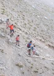 """Excursionistes baixant pels """"nous graons"""" de la tartera — a Massís Del Pedraforca"""