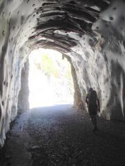 A punt de travessar el túnel, a on comença l'accés a la via