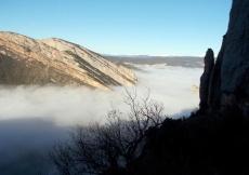 Agulles de les Conclues, i mar de núvols de fons