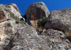 2on. Llarg. Roca delicada i dificultats per protegir...